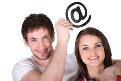 Paar met e-mailsymbool Stock Foto