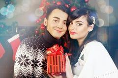 Paar met een gekleurde gift, royalty-vrije stock afbeeldingen