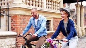 Paar met fiets stock video