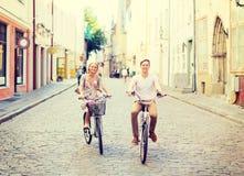 Paar met fietsen in de stad Stock Fotografie