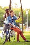 Paar met fietsen die foto nemen royalty-vrije stock foto