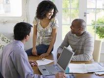 Paar met Financiële Adviseur bij Lijst Stock Afbeelding