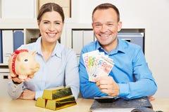 Paar met geld en goud als veiligheid Stock Fotografie