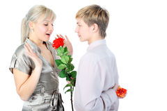 Paar met gift en bloem stock afbeelding