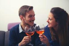 Paar met glazen die rode wijn hun glazen i clinking royalty-vrije stock afbeeldingen