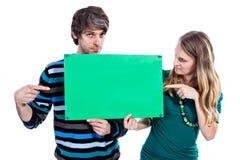 Paar met groene raad Royalty-vrije Stock Foto