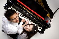 Paar met Grote piano 5 Stock Afbeeldingen