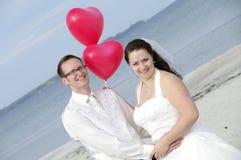 Paar met hart-vormige ballons Stock Foto