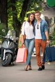 Paar met het winkelen zakken bij straat royalty-vrije stock afbeeldingen