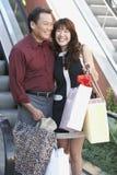 Paar met het Winkelen Zakken in Wandelgalerij royalty-vrije stock afbeeldingen
