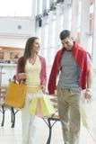 Paar met het winkelen zakken in wandelgalerij royalty-vrije stock foto's
