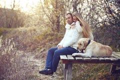 Paar met Hond stock afbeeldingen