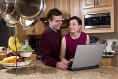 Paar met Horizontaal Laptop - Royalty-vrije Stock Foto's