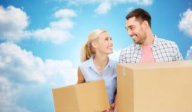 Paar met kartondozen die zich aan nieuw huis bewegen Royalty-vrije Stock Afbeelding