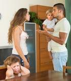 Paar met kinderen die ruzie hebben Stock Afbeelding
