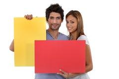 Paar met kleurrijke kaarten Stock Fotografie