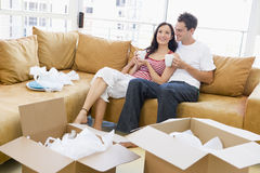 Paar met koffie door dozen in nieuw huis Royalty-vrije Stock Afbeeldingen