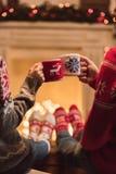 Paar met koppen bij christmastime stock afbeelding