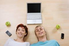 Paar met laptop royalty-vrije stock fotografie