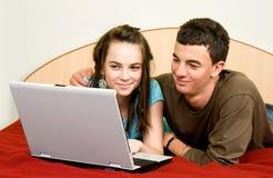 Paar met laptop Royalty-vrije Stock Afbeeldingen