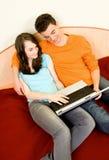 Paar met laptop Stock Afbeelding