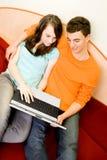 Paar met laptop Stock Foto's