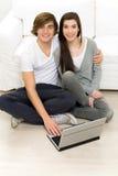 Paar met laptop Royalty-vrije Stock Foto's