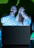 Paar met laptop stock afbeeldingen