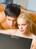 Paar met laptop thuis Stock Foto's