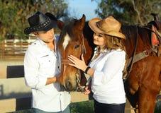 Paar met paard Stock Afbeelding