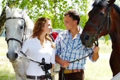 Paar met paarden Stock Afbeelding