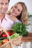 Paar met plantaardige mand Stock Afbeeldingen