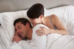 Paar met Problemen die Meningsverschil in Bed hebben royalty-vrije stock afbeeldingen