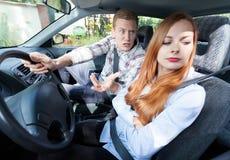 Paar met problemen in een auto Royalty-vrije Stock Afbeeldingen
