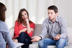 Paar met problemen tijdens psychotherapie Stock Afbeeldingen