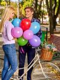 Paar met retro fiets in het park Royalty-vrije Stock Afbeelding