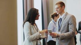Paar met smartphone op handelsconferentie