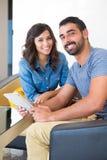 Paar met tablet Stock Foto's