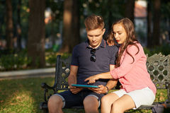 Paar met tablet Stock Afbeelding