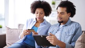 Paar met tabletpc en creditcard thuis