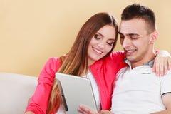 Paar met tabletzitting op laag thuis Royalty-vrije Stock Fotografie