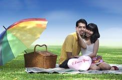 Paar met valentijnskaarthart Royalty-vrije Stock Foto's