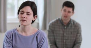 Paar met verhoudingsproblemen die argument hebben stock footage