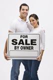 Paar met voor Verkoop door het Teken van de Eigenaar Royalty-vrije Stock Fotografie