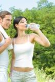 Paar met water, op training Stock Fotografie