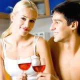 Paar met wijn stock afbeelding