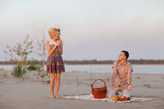Paar met wijnstok in openlucht royalty-vrije stock afbeelding