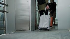 Paar met zakken in lift stock footage