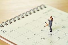 Paar Miniatuur 2 mensen die zich op Kalender bevinden Dag 14 ontmoet Val Stock Fotografie