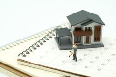 Paar Miniatuur 2 mensen die zich op Kalender bevinden Dag 14 ontmoet Val Stock Foto's